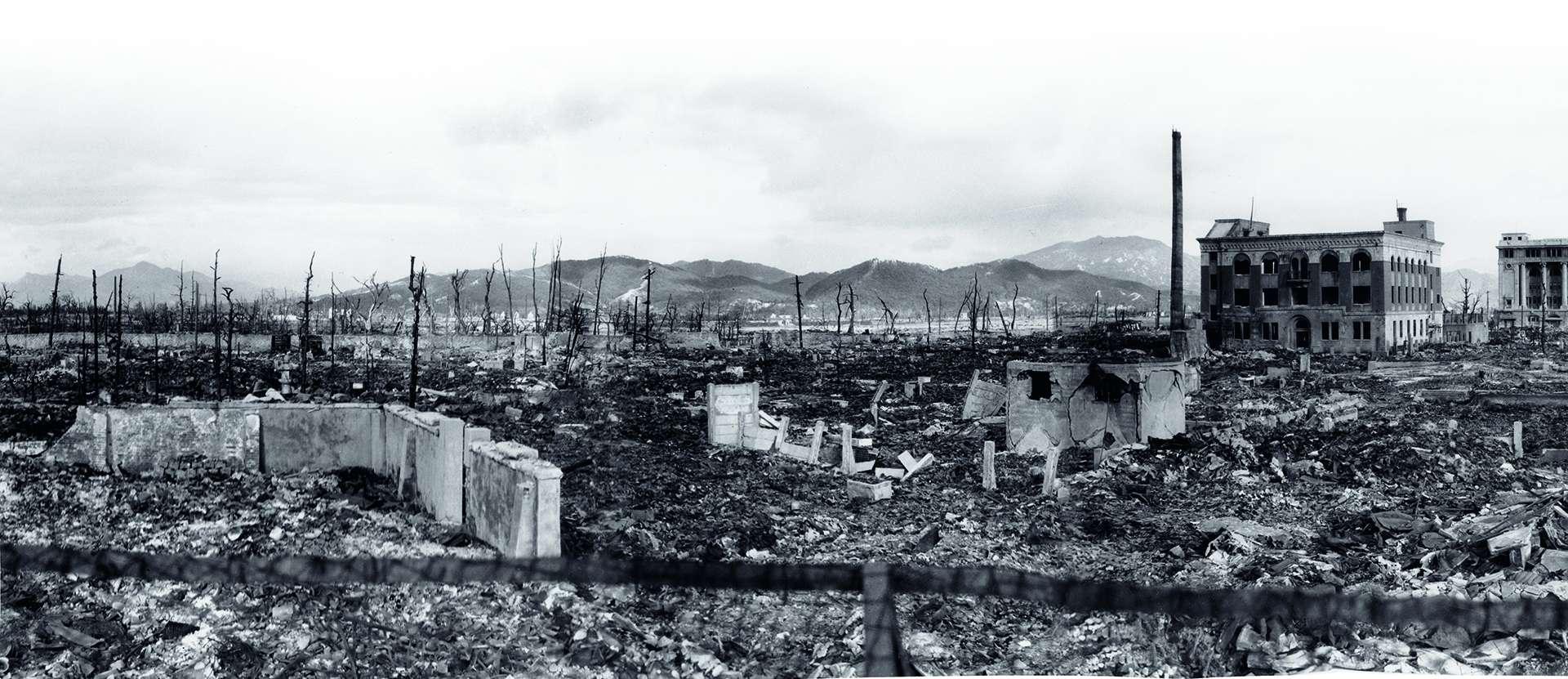美軍在原爆數週後拍下的廣島全景影像,可看出損害的規模。產業獎勵館有著圓頂的結構在本篇最後一頁。這棟建築今日仍在,象徵原子彈造成的毀滅。PHOTO: COURTESY HIROSHIMA PEACE MEMORIAL MUSEUM (10-FRAME PANORAMA DIGITALLY STITCHED BY ARI BESER)