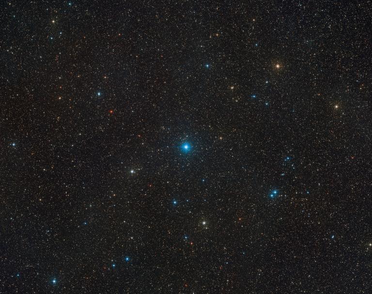 在這張由數位巡天2計畫(Digitized Sky Survey 2)所拍攝的廣視野影像中央,可以看到HR 6819恆星系統。這兩顆恆星的距離極為接近,看起來似乎合而為一。這個三體系統裡,隱藏著迄今發現距離地球最近的黑洞。IMAGE BY ESO/DIGITIZED SKY SURVEY 2. ACKNOWLEDGEMENT: DAVIDE DE MARTIN