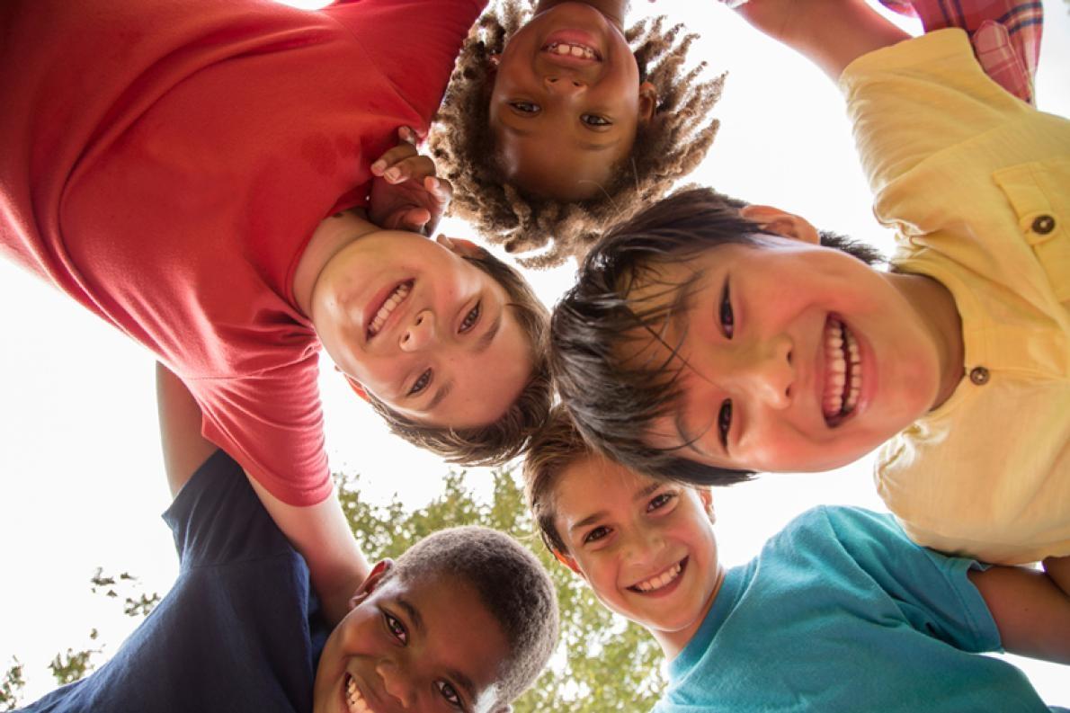 父母可以鼓勵孩子結交不同族裔的朋友,並讓他們知道很快就可以再和朋友一起玩。PHOTOGRAPH BY FSTOP123 / GETTY IMAGES