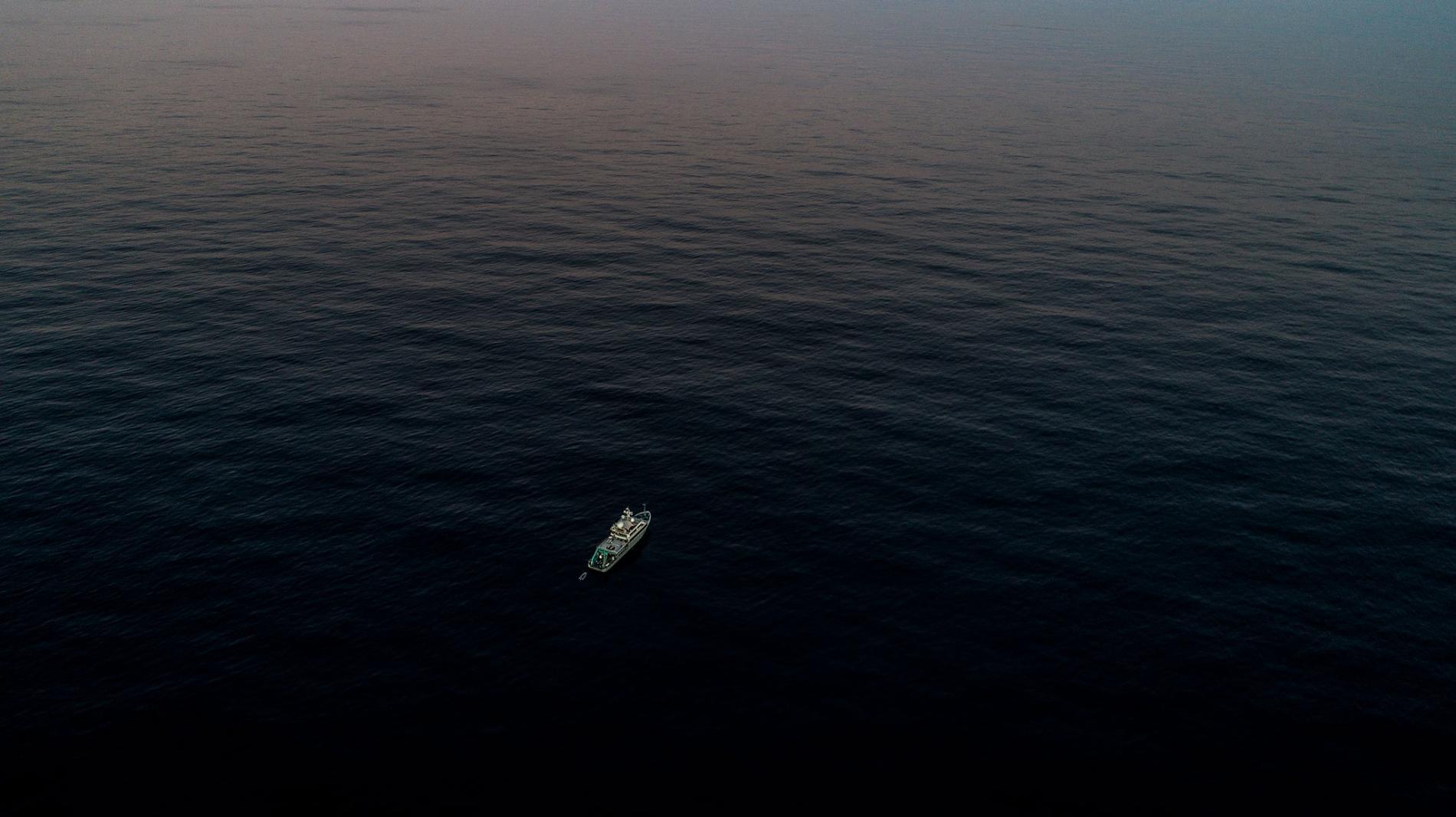 內燃機研究船 Alucia號在離鱈角(Cape Cod)海岸大約161公里的海上,正要前往海底山國家海洋紀念區(Seamounts Marine National Monument)調查當地峽谷中的深海珊瑚生態系。 PHOTOGRAPH BY LUIS LAMAR, NATIONAL GEOGRAPHIC