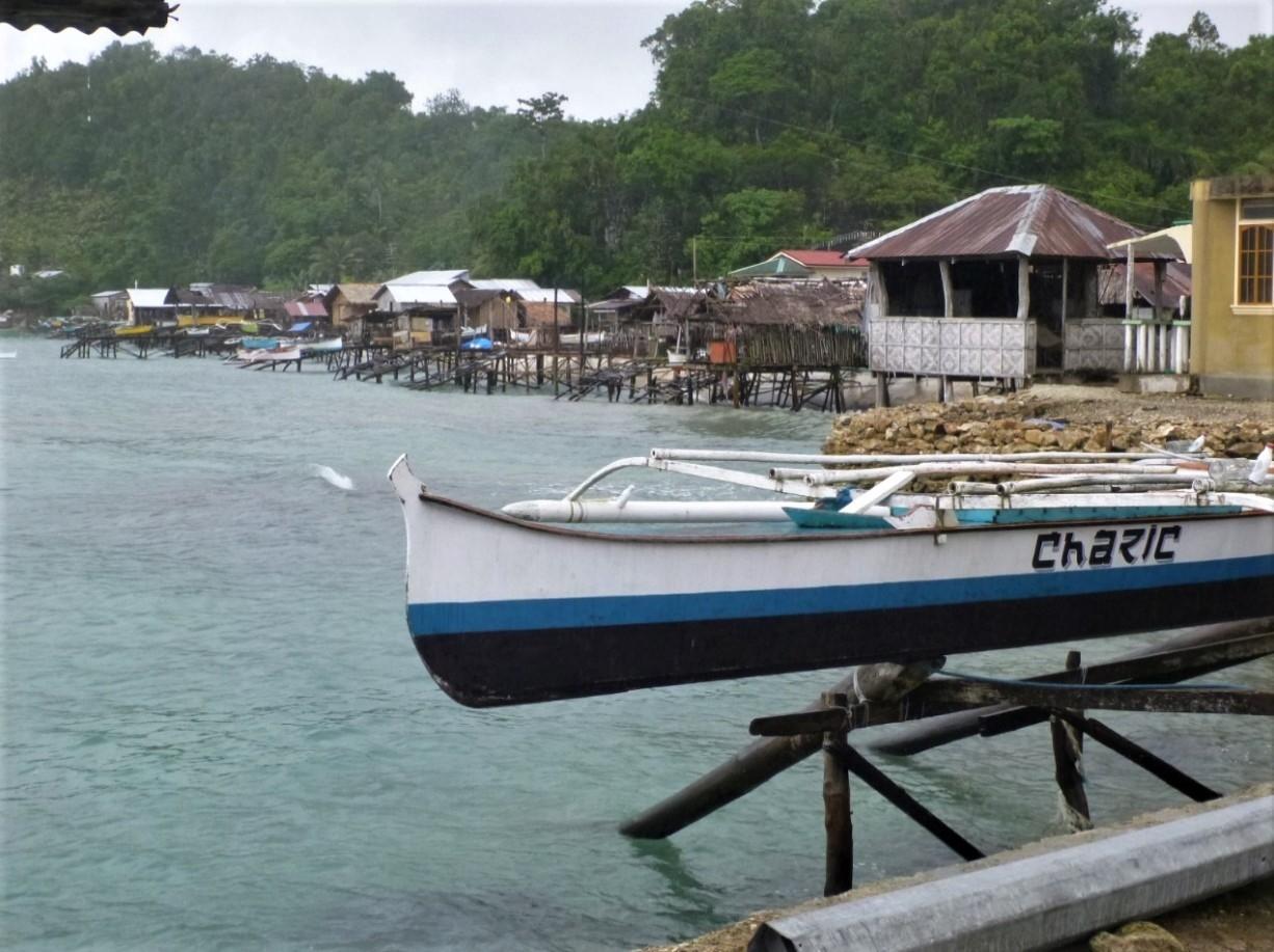 迪納加特島中西部的一個小漁村。 攝影:杜銘章
