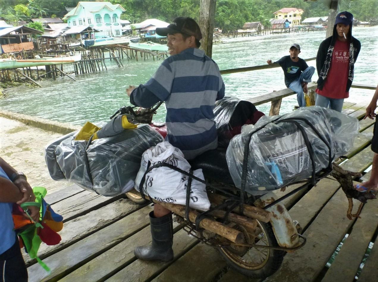 超級騎士將我們的行李綁在兩邊的木架和機車的尾部。攝影:杜銘章