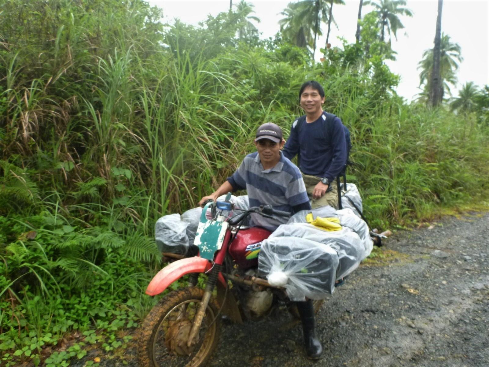 這位年輕人是村內唯一有交通工具的人,而且他的機車曾一次載過12個人。我原先坐在最後面的行李上。攝影:杜銘章