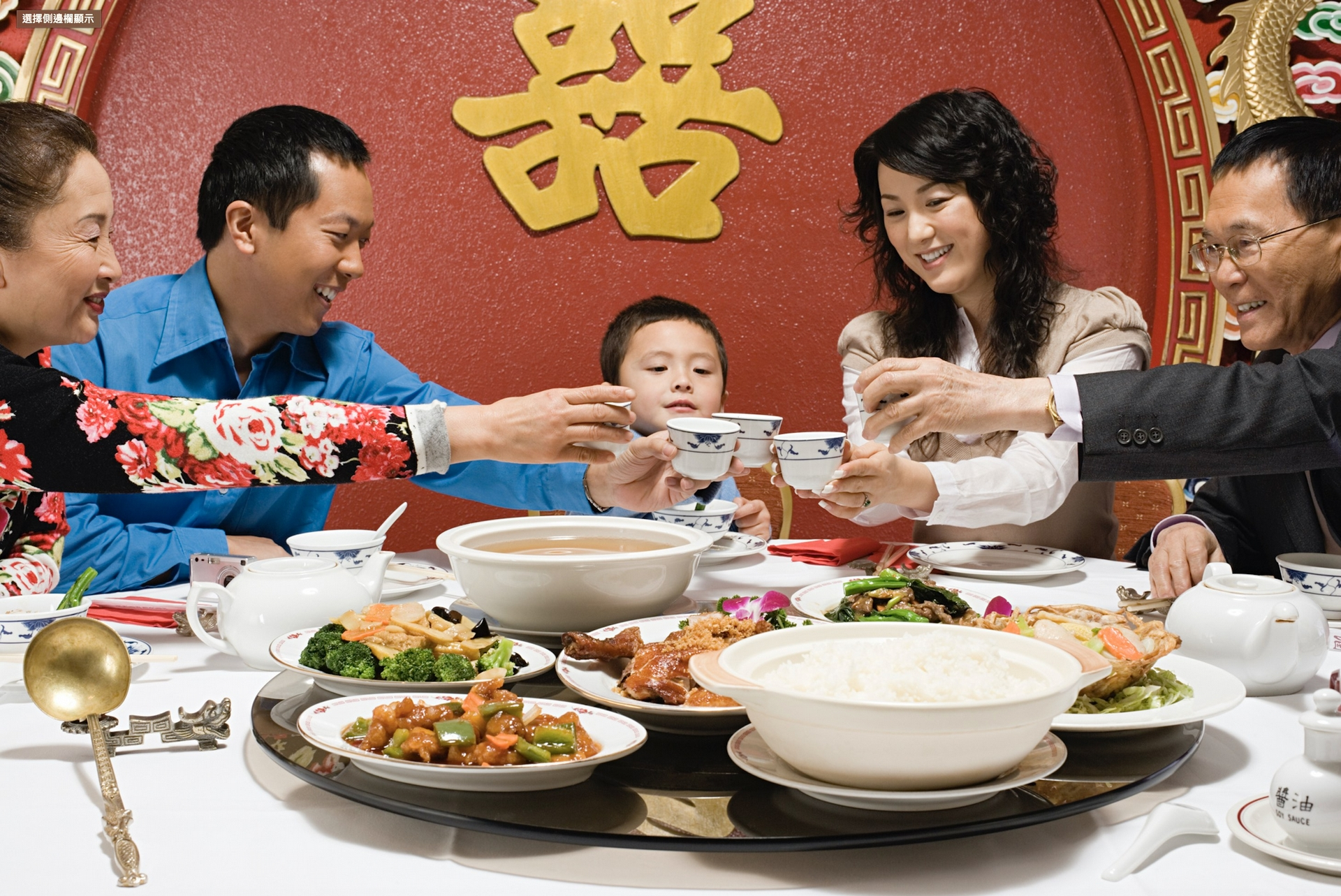 想像得到嗎,20 世紀以前華人餐桌上並沒有這種大轉盤,它的誕生其實是因為肺結核的防治。 圖片來源│iStock