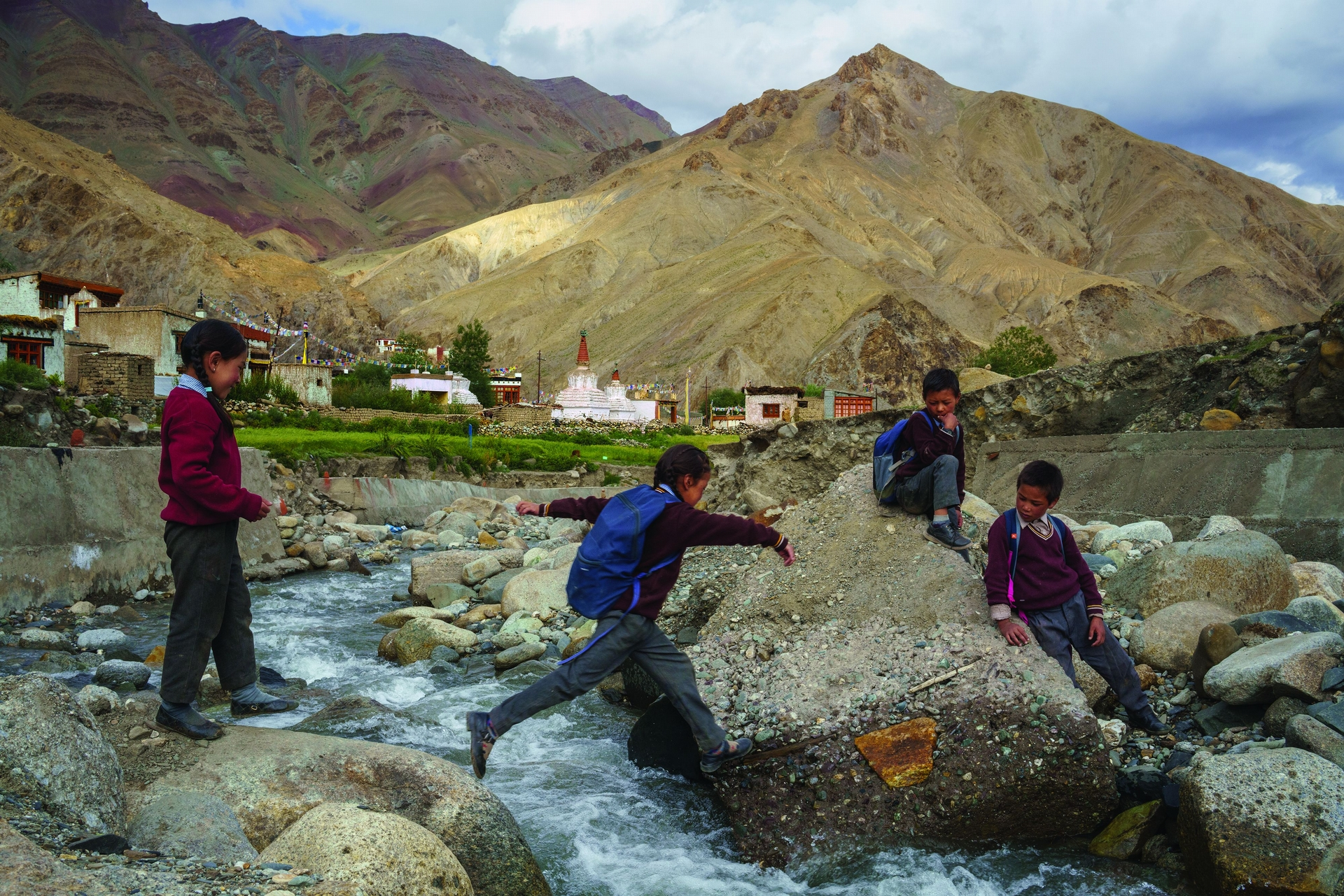 印度 拉達克吉雅村的學童跨過一條匯流入印度河的冰融河。印度河從西藏往西流向巴基斯坦的旅程中,也會流經印度最北端的乾燥高海拔地區拉達克。最近幾十年來,氣候變遷加速了注入印度河的冰河融解速度,造成空前的洪災。2014年,源自冰河湖的洪水摧毀了吉雅的兩棟房子。 PHOTO: 攝影:布蘭登.霍夫曼 BRENDAN HOFFMAN
