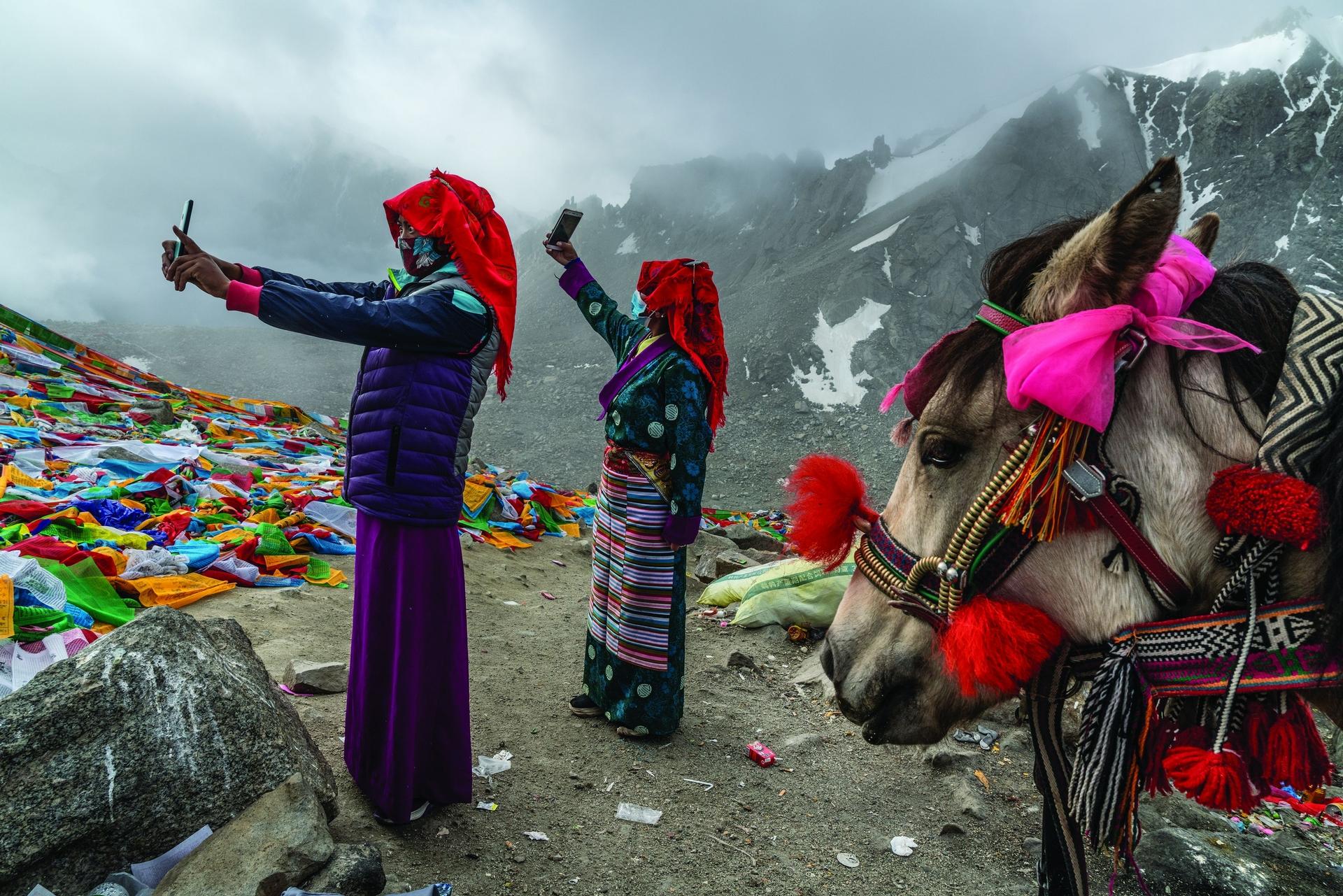 中國 去年9月,朝聖者在卓瑪拉山口自拍,這是他們52公里的「廓拉」的最高點──指的是徒步繞行西藏岡仁波齊峰的參禪之旅。這座山是四種宗教的聖山,而南亞有四條河流分別源自這座山的四個基本方位點附近。印度河的源頭位於這座山往北走四天之處。本文影像有部分由南亞記者協會支援拍攝