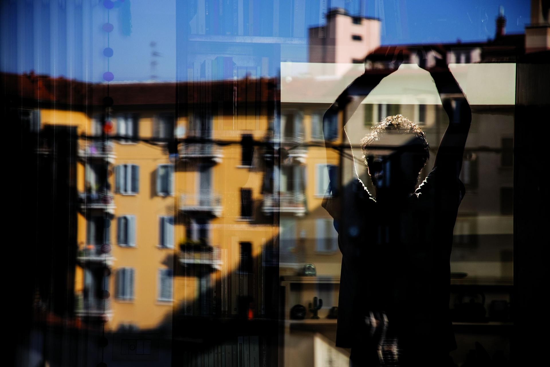 義大利,米蘭 義大利是COVID-19的早期熱區,也是第一個下令幾近全面封鎖的歐洲國家。攝影師卡蜜拉.費拉里和她的伴侶待在公寓時,注意到室外建築物影像開始與室內景色融合在一起的樣子。PHOTO: CAMILLA FERRARI