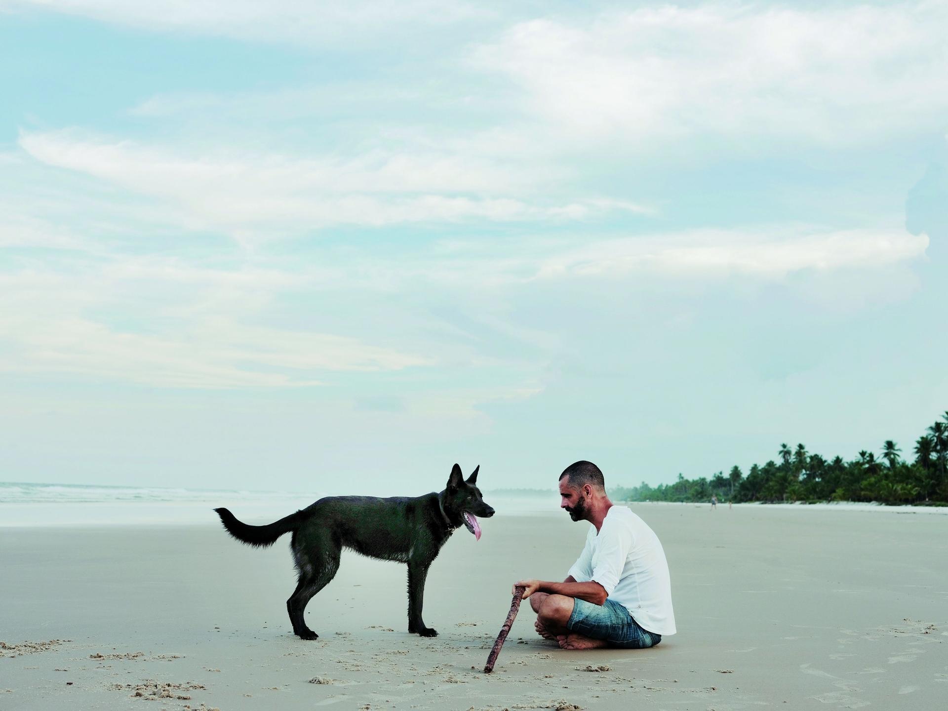 巴西,巴伊亞 在強制實施禁足令前,一名男子和他的狗享受在沙灘上的一天。LUISA DÖRR