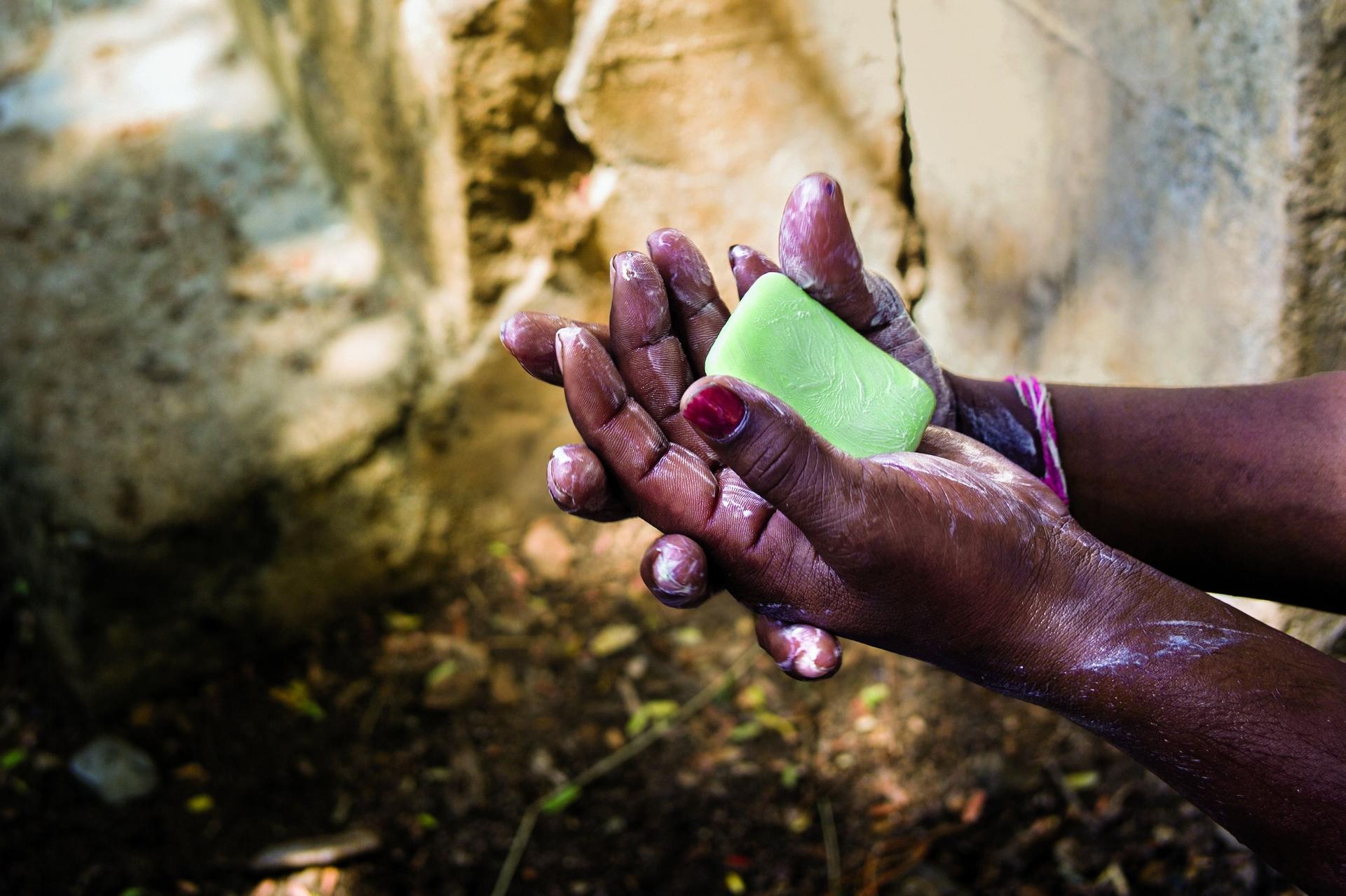 在印度安德拉邦的戈里哥達帕里村,一所學校的老師正在向學童示範正確的洗手方式。PHOTO: SANJIT DAS/PANOS PICTURES/REDUX