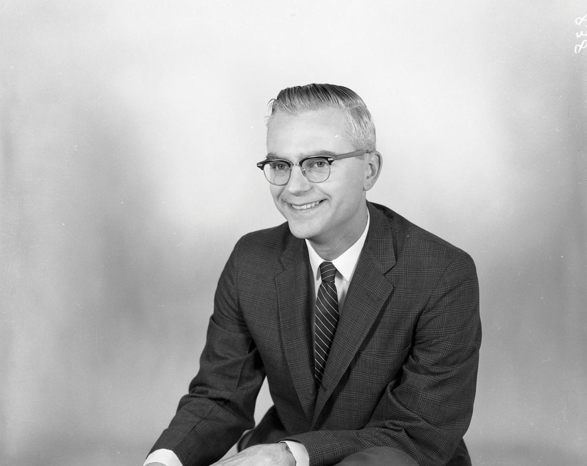 哈佛大學畢業的無線電波天文學家法蘭克.德瑞克在1958年進入美國國家電波天文臺工作,他在西維吉尼亞州綠堤的這座天文臺設立了美國國家電波天文臺的第一架毫米波望遠鏡,並率先使無線電波望遠鏡搜尋外星智慧生物。COURTESY OF NRAO/AUI/NSF