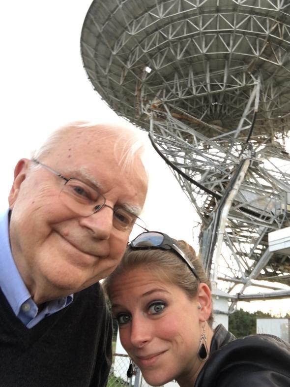 法蘭克和作者娜迪亞.德瑞克(Nadia Drake)於2016年在綠堤天文臺合影。在他們身後的是26公尺高的華德.塔特爾無線電波望遠鏡(Howard E. Tatel Radio Telescope),法蘭克曾在1960年使用這個望遠鏡進行奧茲瑪計畫──首度以現代科學方法搜尋具備通訊能力的外星生物。PHOTOGRAPH BY NADIA DRAKE