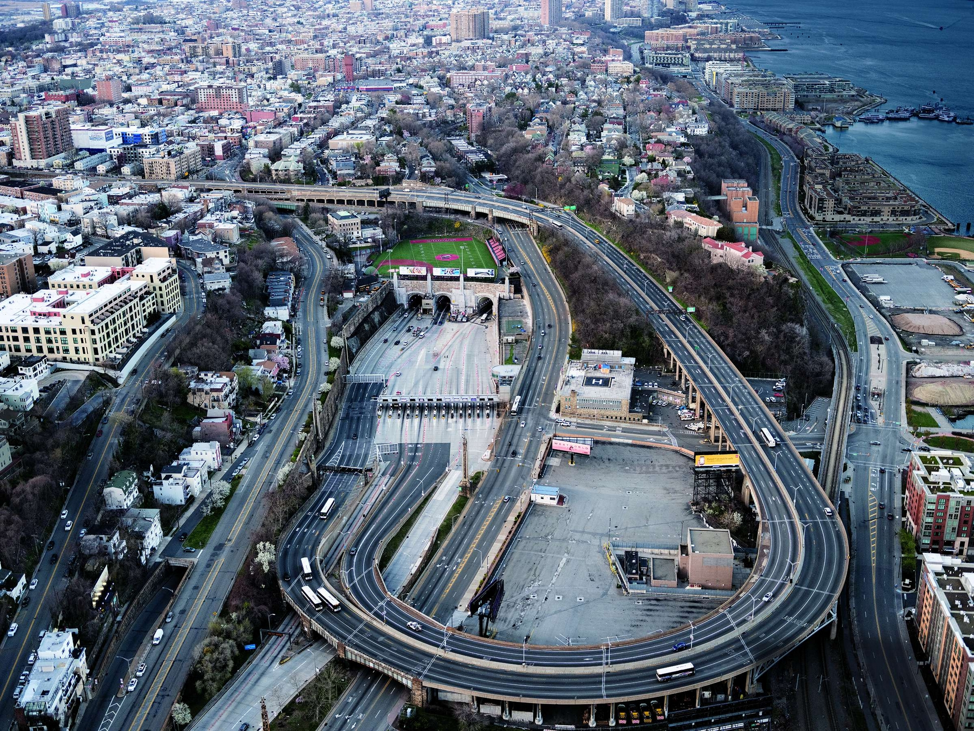一般來說,連接紐約市和紐澤西州的林肯隧道附近路段會塞車。但在因應COVID-19疫情實施封鎖措施期間,這是2020年4月初傍晚尖峰時間的景象。 PHOTO: 史蒂芬.威爾克斯