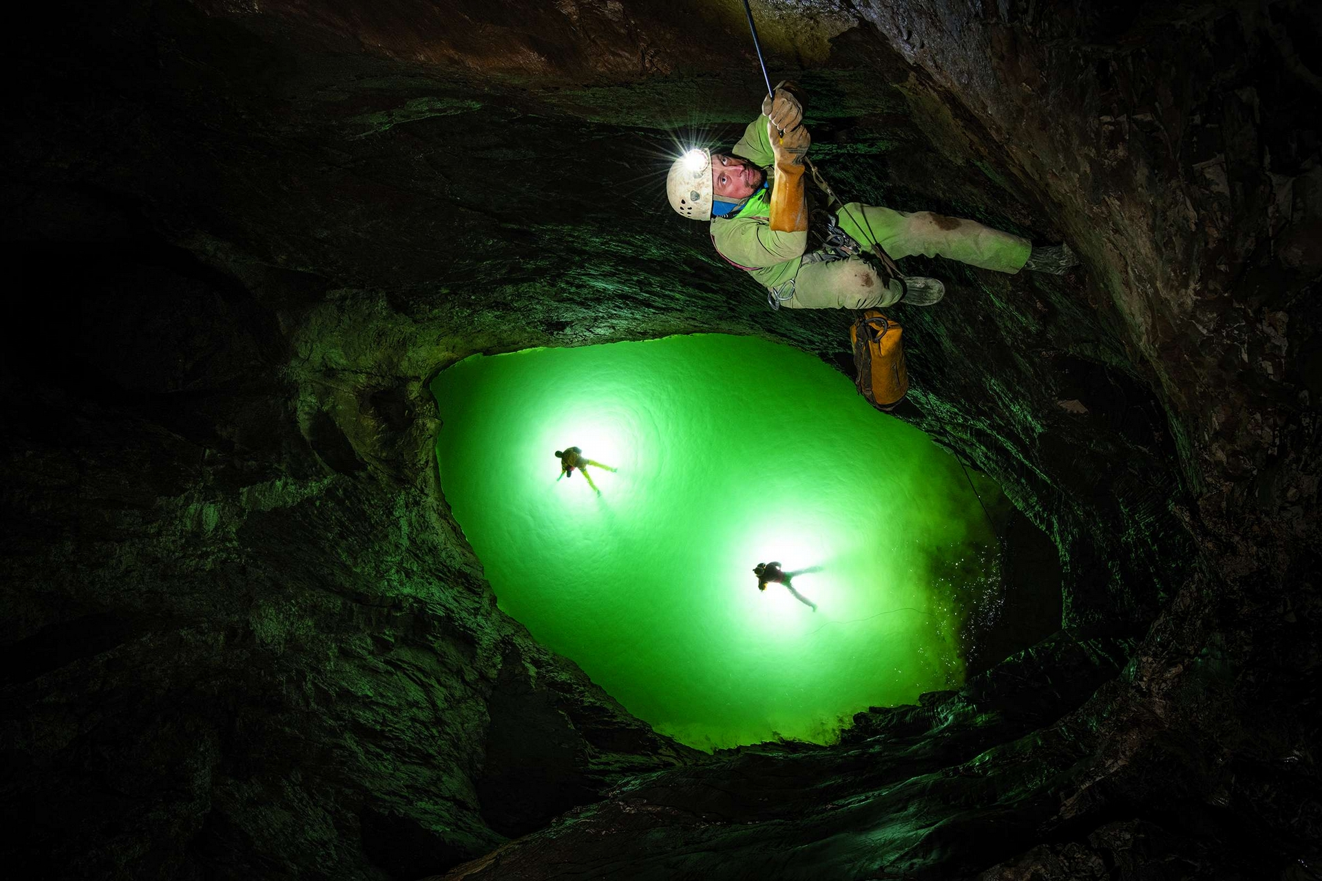 當世界上已知最深的洞穴突然充滿水, 與俄羅斯頂尖探險家同行的攝影師只能奮力求生。攝影:羅比.肖恩