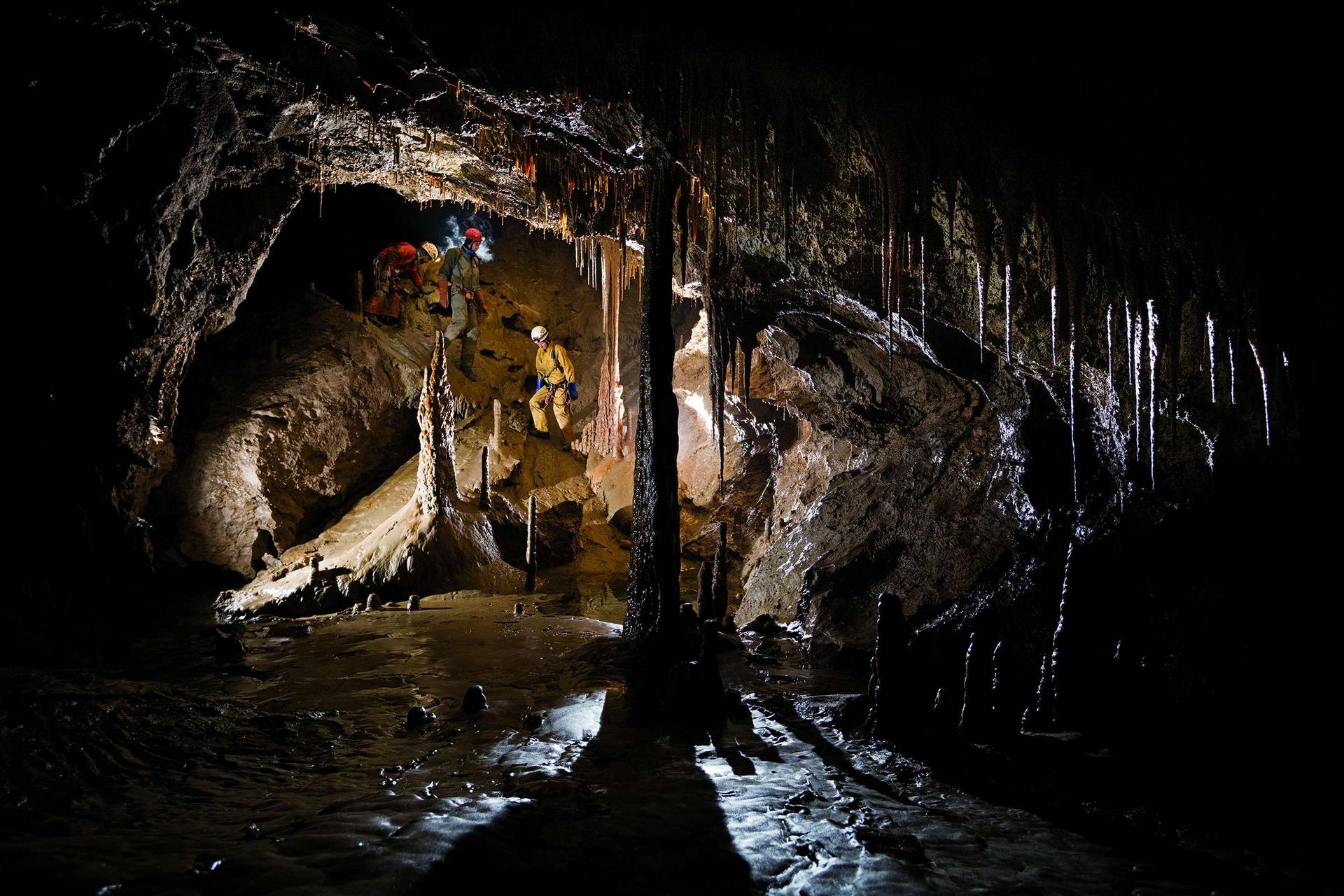 洞穴探險者垂降到維里亞夫基娜洞穴系統最底層的一個岩洞中。洪水期間,水位漲到岩洞頂端。攝影:羅比.肖恩