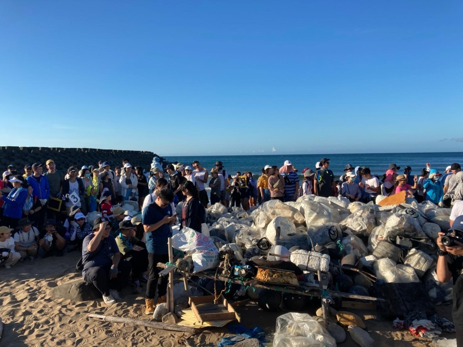 實力媒體與《國家地理》雜誌在北海岸萬里頂寮沙灘清出1,370公斤海廢垃圾。