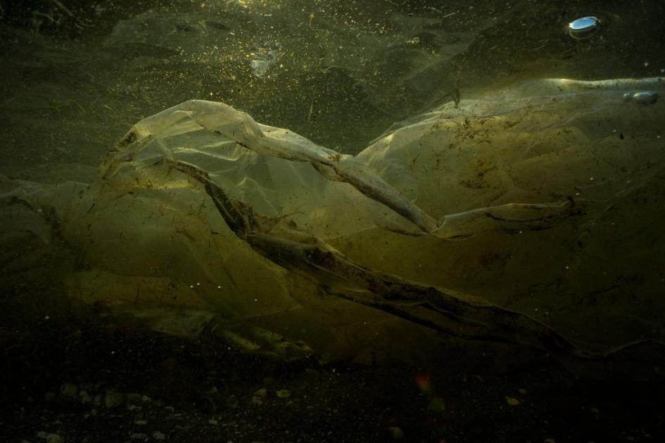 菲律賓自由島(Freedom Island)生態旅遊地區出現的塑膠垃圾。PHOTOGRAPH BY RANDY OLSON,NAT GEO IMAGE COLLECTION