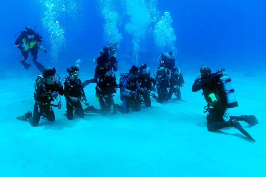 在限制水域結束後,就是開放水域的練習,此時學員已經適應了水下的姿態,<br>潛伴間不需要彼此緊扣就可以維持穩定的姿勢了。但是助教們仍是需要緊盯著學員。攝影:朱雲瑋