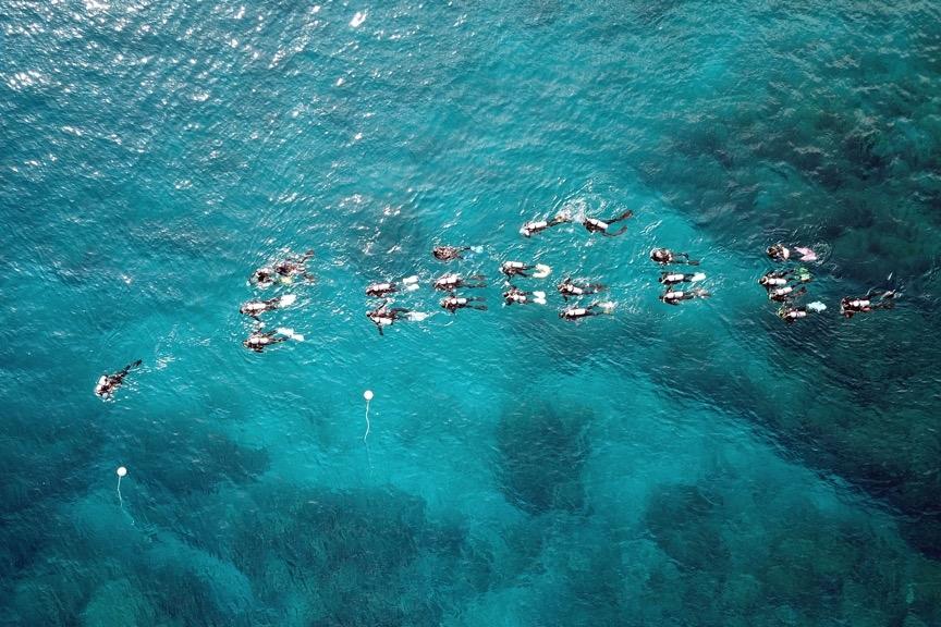 在海中大隊伍前進也是需要練習的,不論在水面上或水面下,均要維持良好的隊形,這樣教練、助教以及戒護才能零疏失的照顧到每一位學員。攝影:朱雲瑋