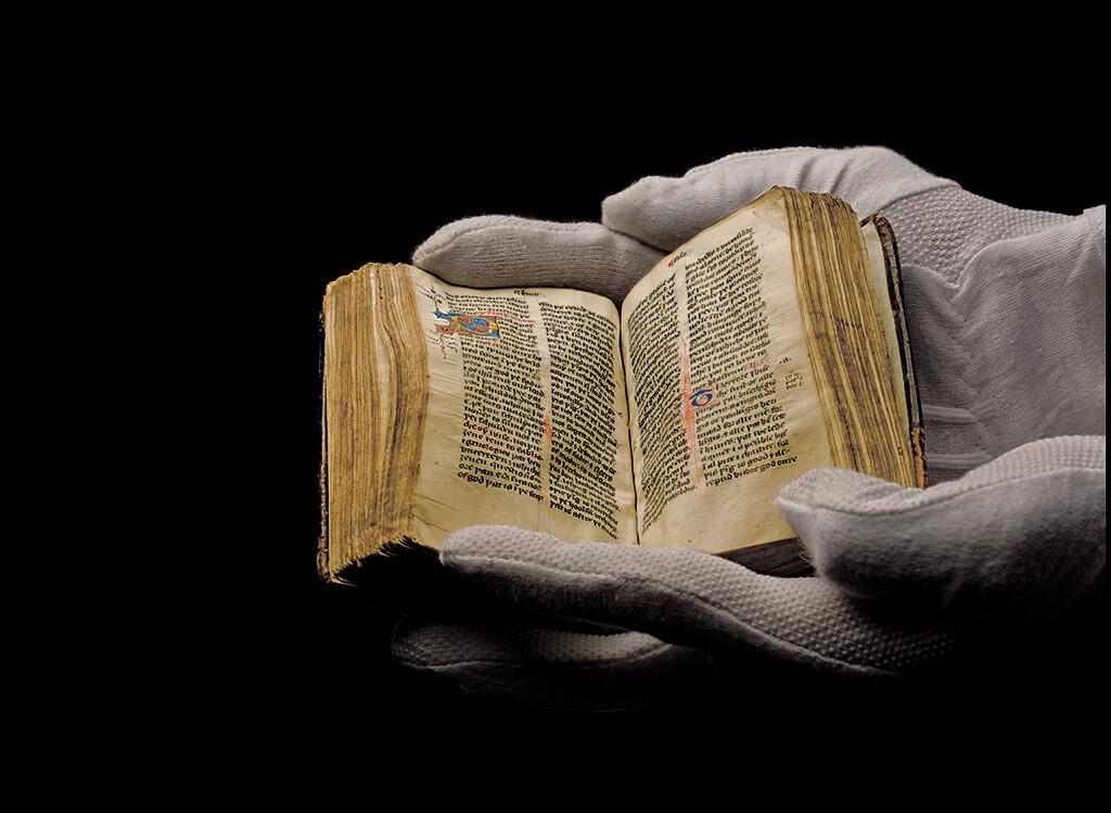 這本約於公元1400年手抄的《威克里夫新約聖經》在佛羅里達州一個基督教主題樂園中展示,並受到悉心保護。英國神學家約翰.威克里夫支持將《聖經》從拉丁文譯成共通語言(英文),這項革新受到教會高層譴責。   攝影:保羅.維佐尼 Paolo VerzoneVAN KAMPEN COLLECTION ON DISPLAY AT THE HOLY LAND EXPERIENCE, ORLANDO, FLORIDA