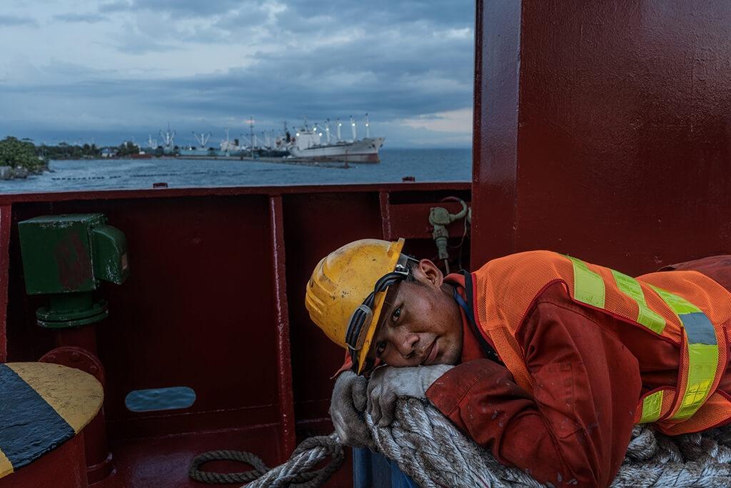 伊恩.皮內達(Ian Pineda)在商船上工作,全球的船員有四分之一來自菲律賓,只要成功當上船員,就能保證讓家人過中產階級的生活。PHOTO: HANNAH REYES MORALES