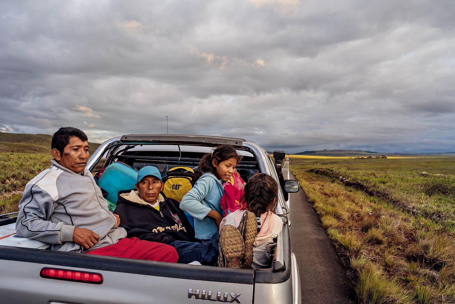 莫拉雷達一家老小坐在小貨車的車斗裡,離開位在委內瑞拉奧里諾科河三角洲的家鄉。經濟崩潰已在委內瑞拉引發暴力和物資匱乏,這一家人希望在巴西能建立較好的生活。攝影: 菲德利科.里歐斯 FEDERICO RIOS