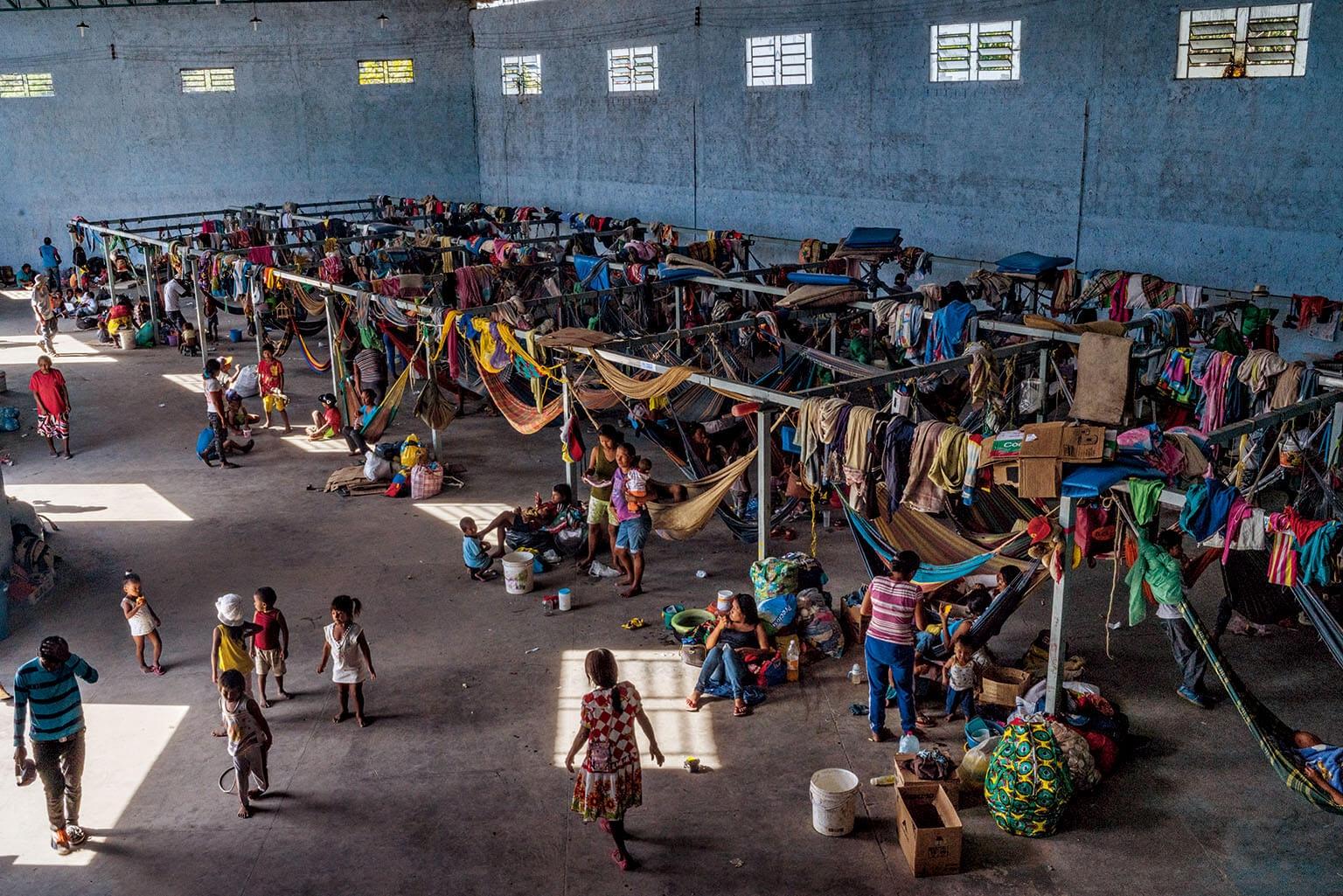 約500名瓦老族人住在巴西帕卡來馬的收容所。收容所由混凝土建造,設有吊床和帳篷,擁擠和不衛生的居住環境已導致疾病蔓延。攝影: 菲德利科.里歐斯 FEDERICO RIOS