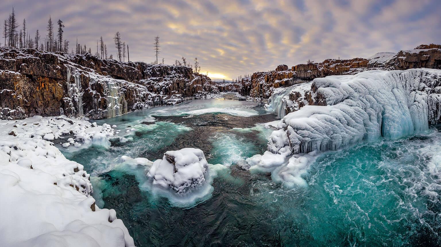 在西伯利亞北極地區,普托藍斯基札波維尼的杜利斯馬河開始結冰。這處沒有道路的保護區從極北林區向北延伸至冰漠,每年只有幾百名遊客造訪。