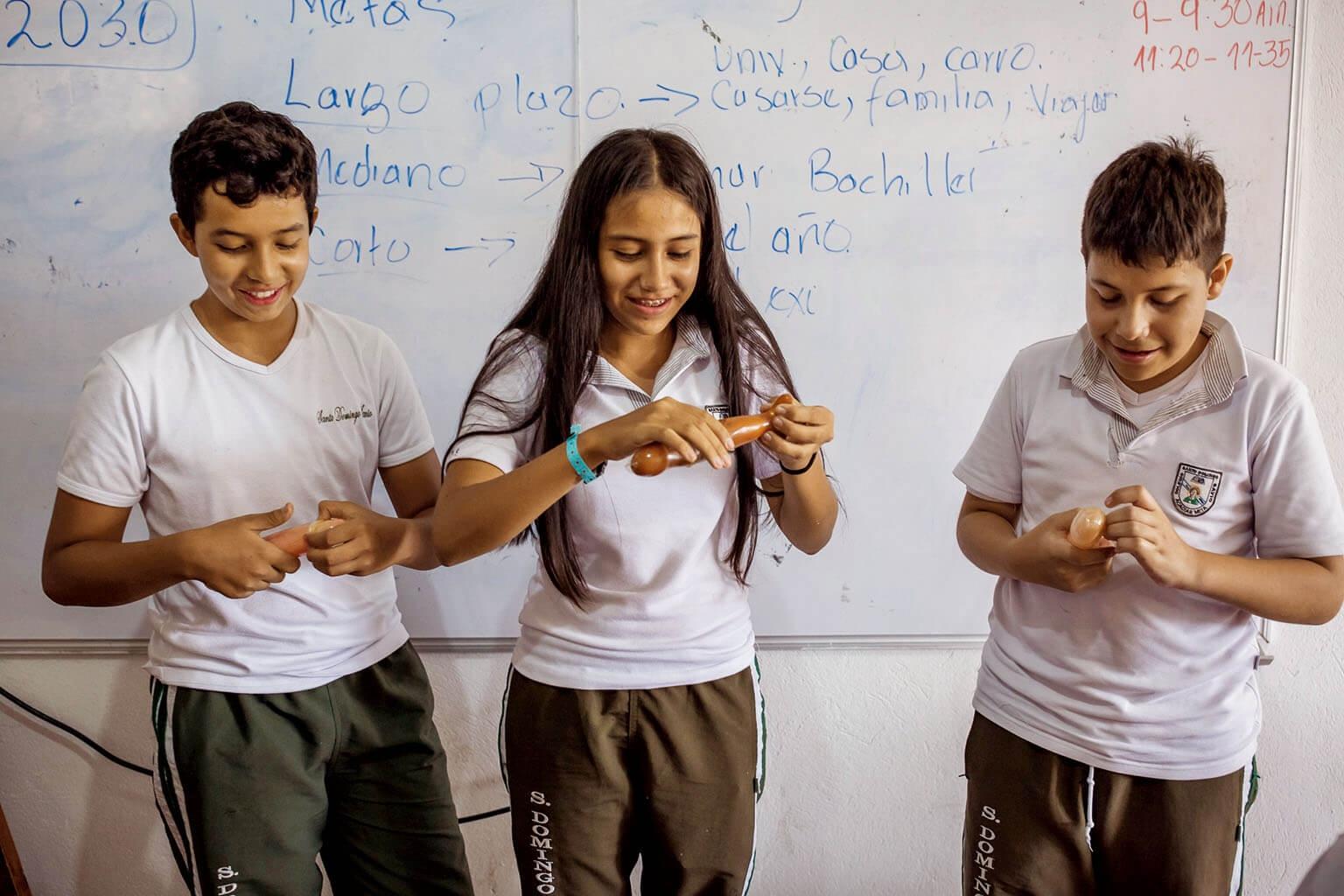 14歲的馬丁.瑞納、13歲的唐娜.阿瓦雷茲,以及13歲的安德雷斯.菲利浦.隆東,他們手忙腳亂地學習使用保險套。攝影: 克里斯欽.羅德里奎茲 CHRISTIAN RODRIGUEZ