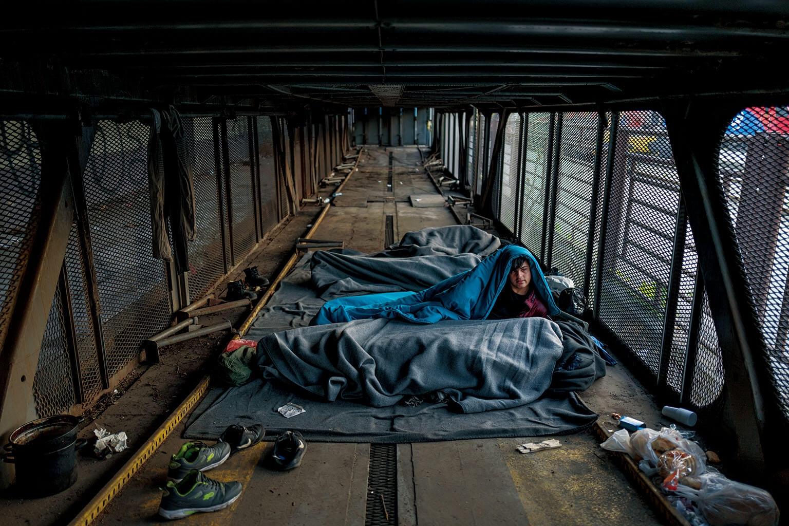 15歲的薛夏來自阿富汗,他藏身在貝爾格勒中央火車站的荒廢車廂裡。近年來,隻身逃離苦難與戰亂的兒童數量劇烈增長。 攝影:穆罕默德.穆赫森 MUHAMMED MUHEISEN