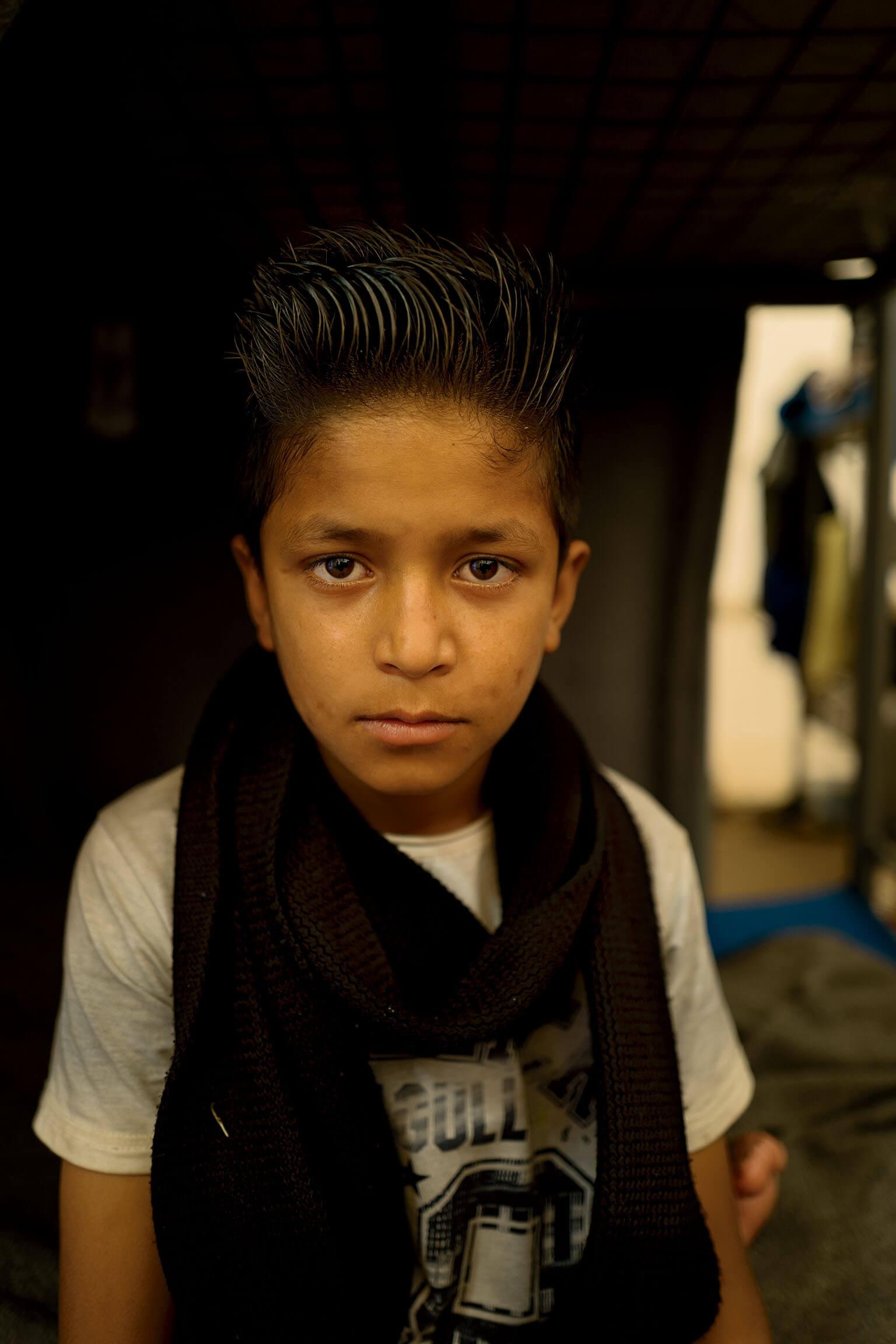 外表超齡的德拉加只有八歲,他沒有告訴在阿富汗的雙親他前往歐洲的旅程有多艱辛:「他們問我有沒有遇到困難,我說『沒有』,因為不想讓他們擔心。」 攝影:穆罕默德.穆赫森 MUHAMMED MUHEISEN