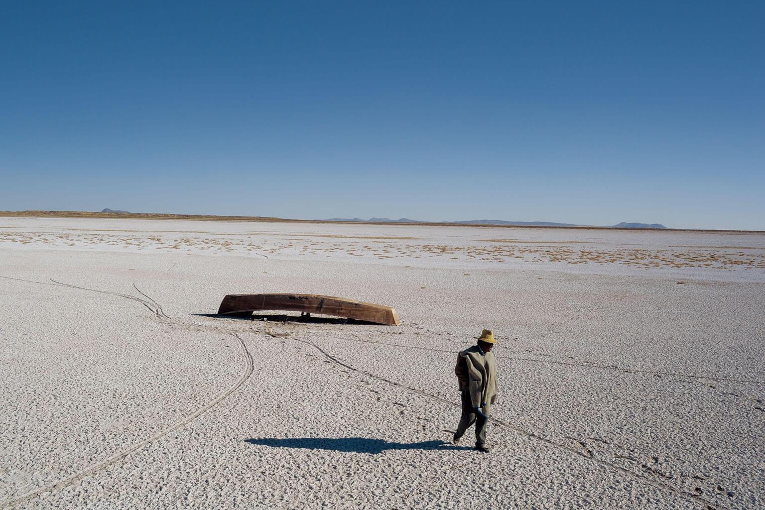 波波湖一層堅硬的鹽覆蓋在玻利維亞乾涸的湖床上,向遠方延伸而去。船隻擱淺了;魚兒及水鳥消失了;依靠這座湖維生的漁民搬走了:這是一場乾旱造成的大離散。 攝影:毛里其奧.利馬
