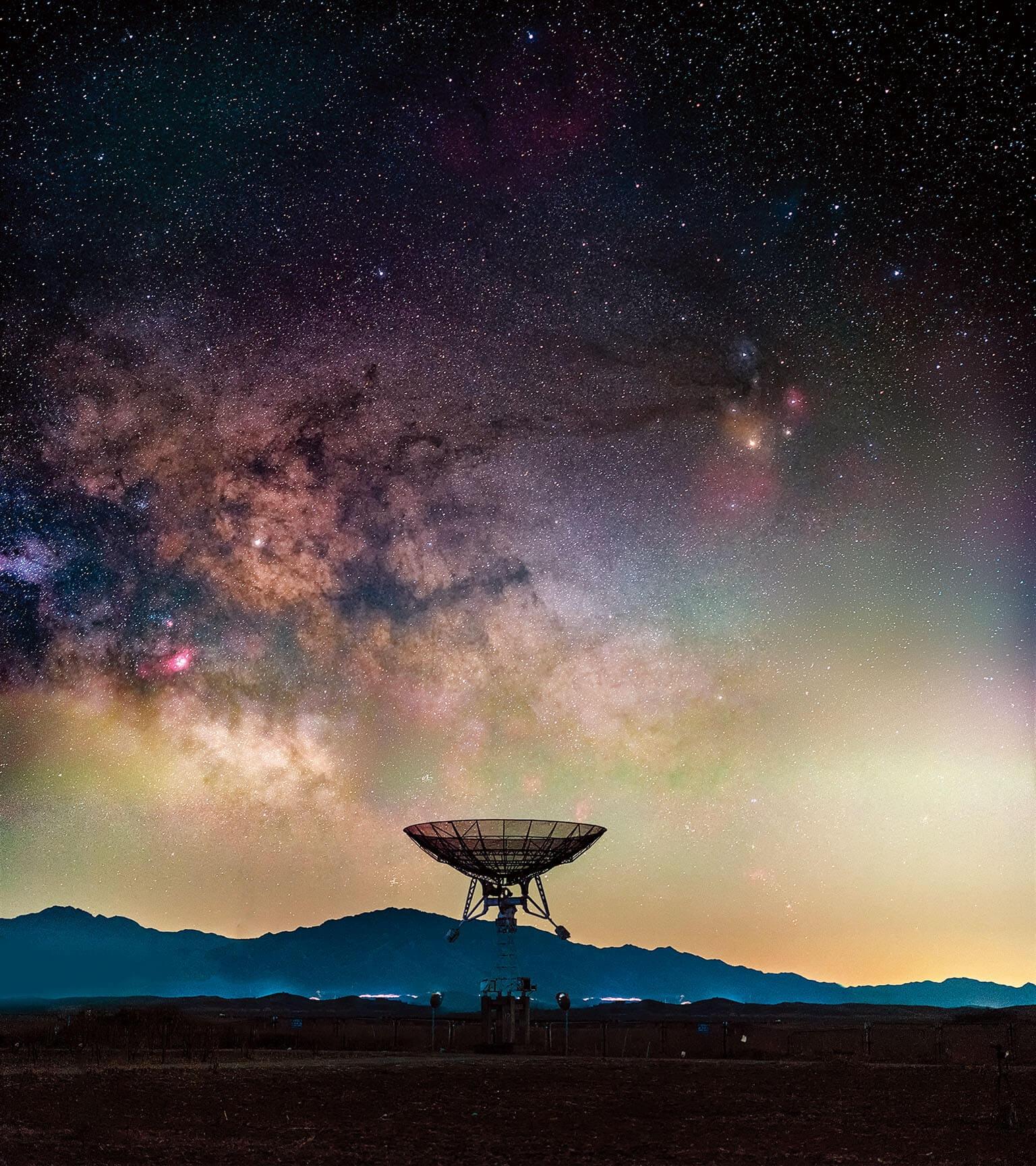 中國,不老屯鎮一座位於密雲觀測站的小型電波望遠鏡為中國科學院接收太空探索的數據。這裡距離北京市不遠,因此經常充斥著光害。這張照片是「我們挑選了在當年最暗的時候、捕捉到的最燦爛星空。」于海童說。攝影:于海童