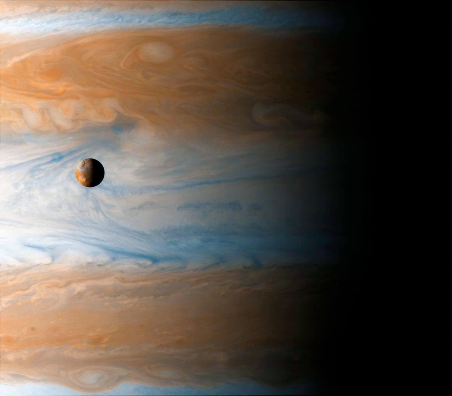 飄浮在木星上空的木衛一是伽利略所發現的四顆木星衛星之一。儘管大小與月球相同,但在太陽系中最大的行星面前卻顯得渺小。 PHOTO: NASA/JPL/UNIVERSITY OF ARIZONA