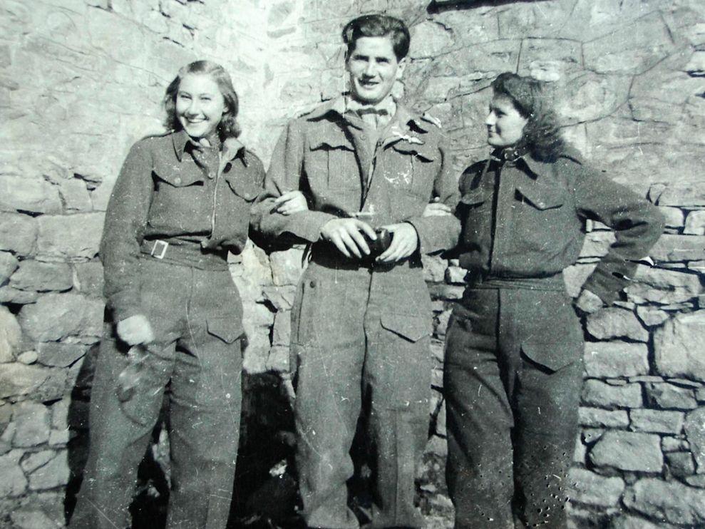 採訪者的父親 Philip Worrall。照片攝於 1943 年,也就是他 25 歲在希臘山區為 SOE 工作的時候。左右為來自雅典的一對雙胞胎姊妹,為他擔任翻譯。照片提供:Simon Worrall