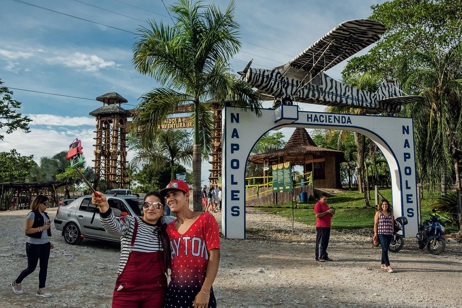 「那不勒斯莊園」入口的裝飾物中,有一架大毒梟巴勃羅.艾斯科巴曾用來走私古柯鹼的飛機。艾斯科巴這座曾經奢華的莊園,如今變成了一座主題公園,有動物展示、滑水道和恐龍雕像。 攝影:胡安.亞瑞唐多 Juan Arredondo