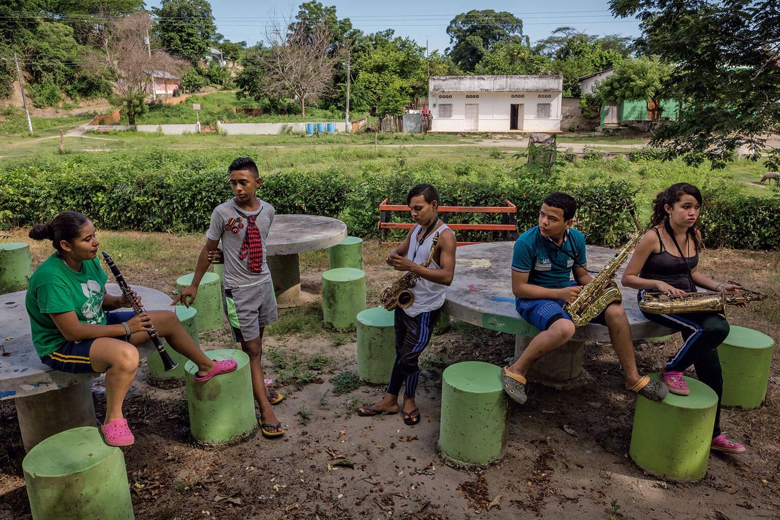 準軍事部隊在艾爾沙拉多鎮進行大屠殺的同時演奏音樂。今天,這些參加樂隊的學生用他們的音樂沖淡這段記憶。這些樂手的年紀介於7歲至23歲間,他們在當地公園練習,每週一次會有老師前來指導。 攝影:胡安.亞瑞唐多 Juan Arredondo