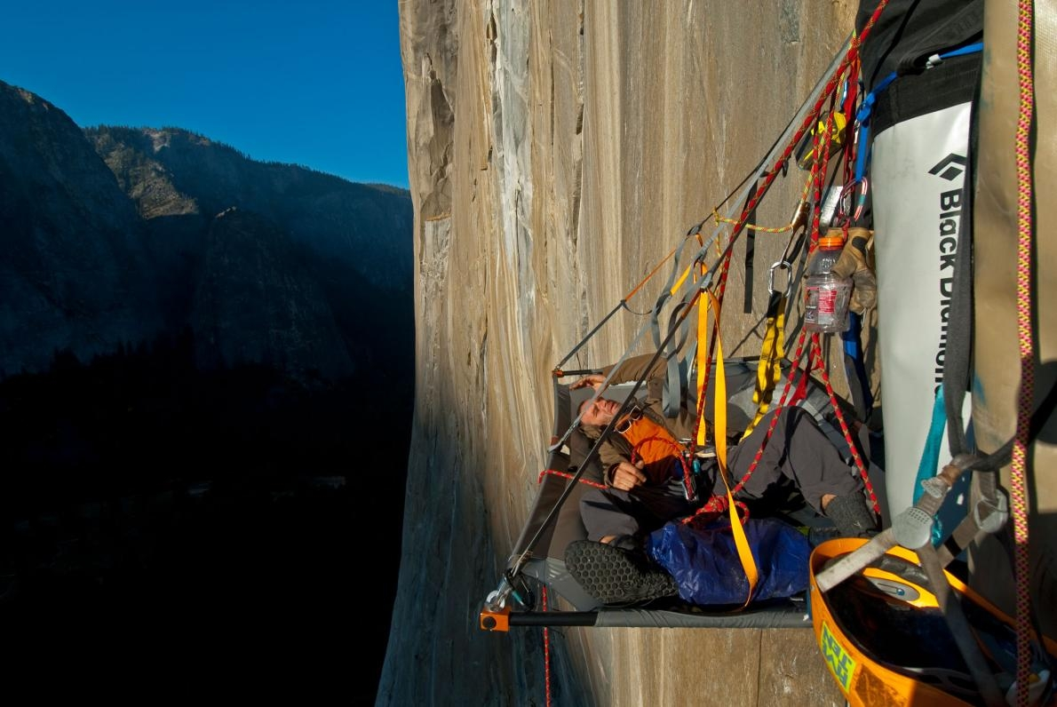 攀岩家伊沃.尼諾夫(Ivo Ninov)趁著懸掛在優勝美地國家公園艾克匹坦峰(El Capitan)邊上的時候小歇一番。 PHOTOGRAPH BY JIMMY CHIN