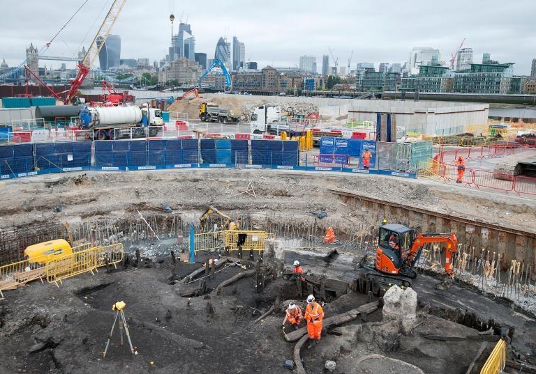 考古學家和倫敦考古博物館(Museum of London Archaeology)的專家在為泰晤士河潮路管道進行探勘發掘時找出一副500年前的骸骨。COURTESY OF MOLA HEADLAND INFRASTRUCTURE