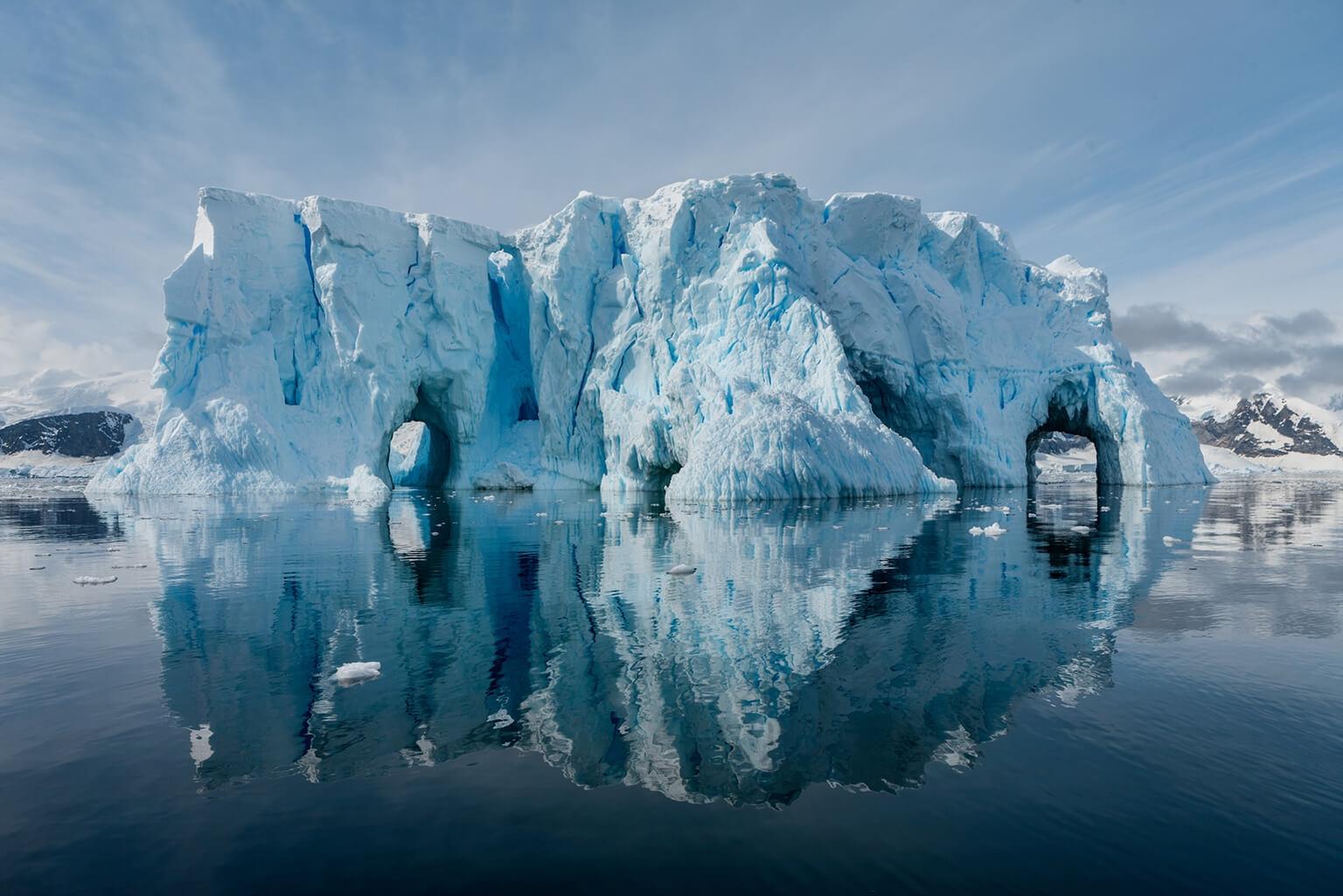 南極半島西部的暖化速度,比地球上其他地區快了好幾倍。南極半島西部共有674道大小冰河,其中有90%正在後退,也崩裂出更多冰山到海中。照片中這座安沃爾灣的冰山就是其一。 攝影:卡米爾.希曼 CAMILLE SEAMAN