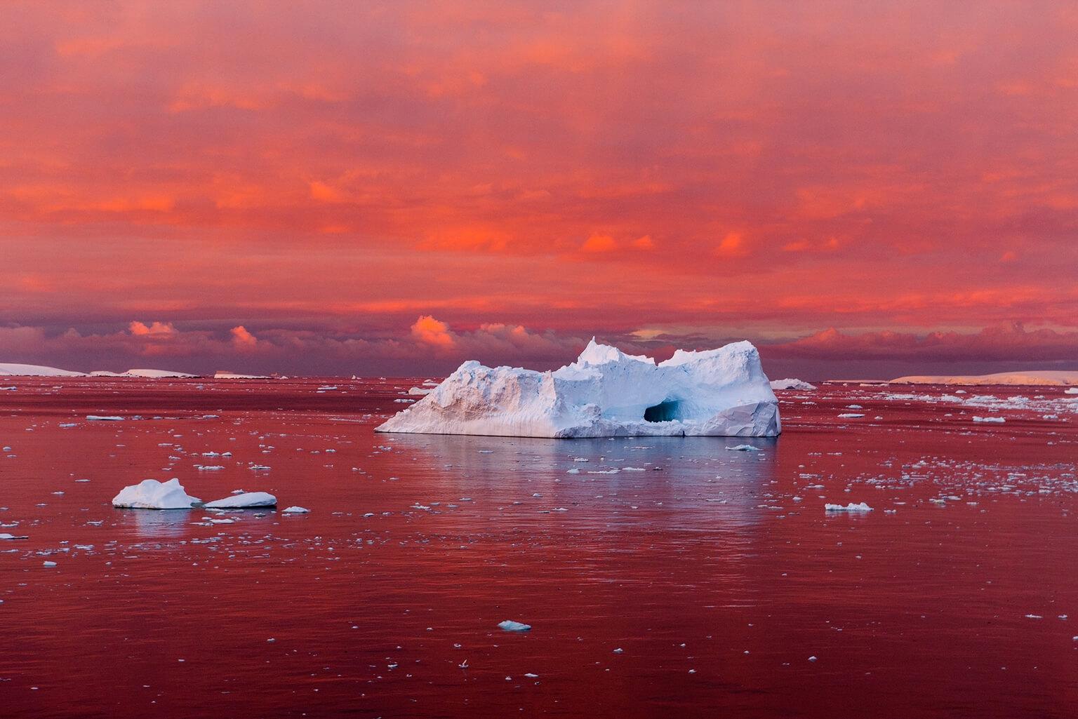 驚人的落日染紅了南極半島西岸附近的勒梅爾海峽。南極洲沿海的冰隨著周圍的海水和空氣變暖而崩解。 攝影:卡米爾.希曼 CAMILLE SEAMAN
