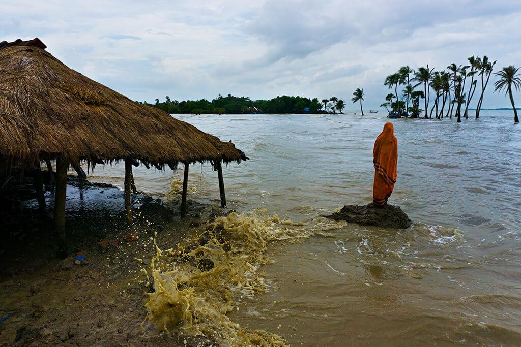 杜塔去年夏天造訪了印度恆河三角洲,看到或許可歸因於氣候變遷的情況。上升的河水侵入島嶼並侵蝕家園,在某些情況下迫使居民遷移。這位婦人站在曾經是她房子的地方。PHOTO: 阿卡.杜塔