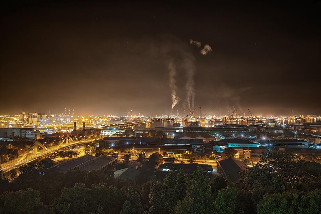周泰澤想拍攝汙染的照片,因此去了裕廊山眺望塔,在那裡可以看見一些新加坡的工廠。他在白天拍攝,晚上又去了一次。「我想呈現在我們最不注意的地區和時間所發生的汙染樣貌。」他說。PHOTO: 泰倫斯.周泰澤