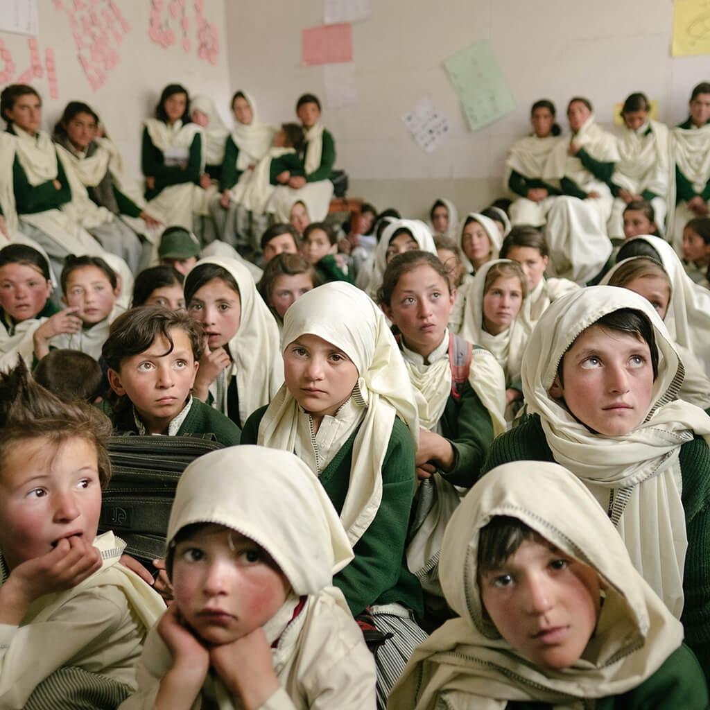 祖庫恩村的一所小學裡,女孩子聚在一起迎接新老師。同時,隔壁教室的男生則是聚在一起討論前往恰普桑河谷邊緣的行程,這個河谷跟阿富汗的瓦罕走廊平行,而後者曾經是絲路的一部分。伊斯瑪儀文化非常重視教育,特別是女孩的教育。 攝影: 馬修. 佩利 MATTHIEU PALEY