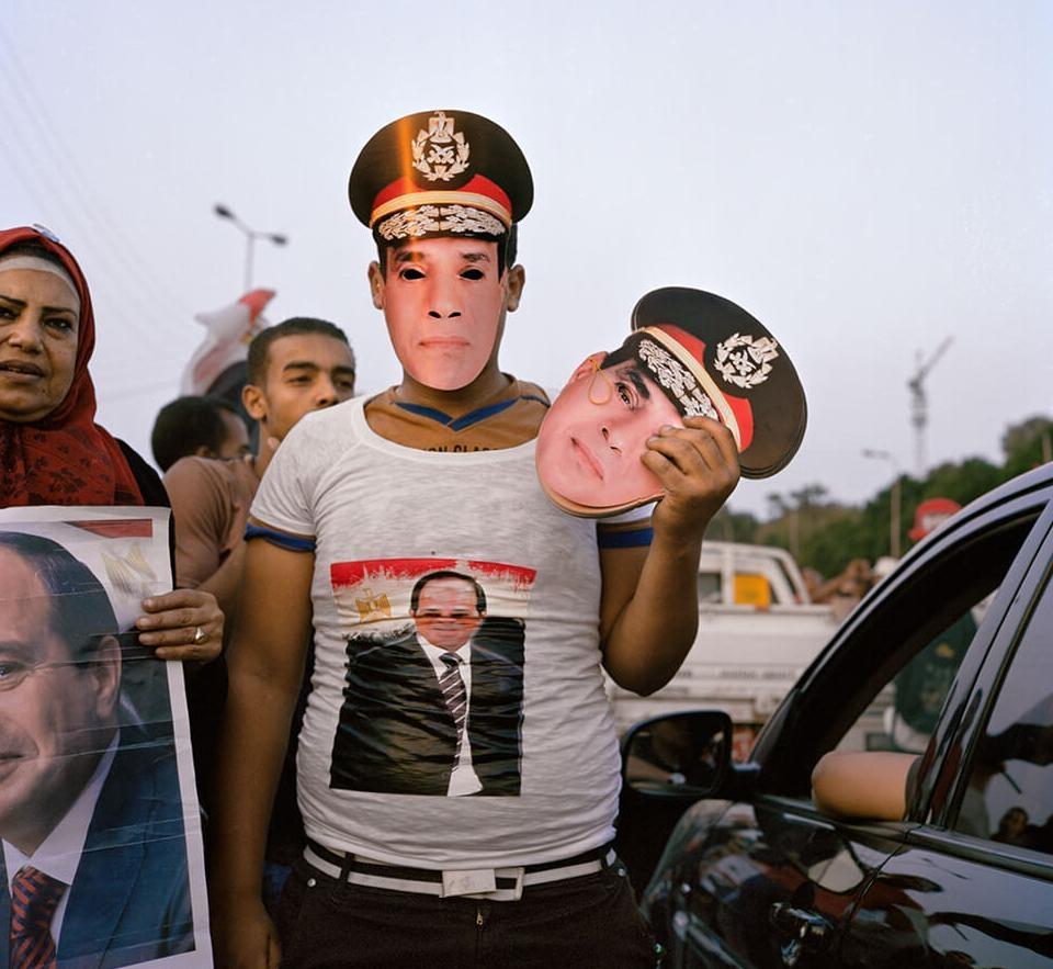 一名開羅小販在2014年埃及總統大選期間,兜售印有候選人阿普杜勒.法塔赫.塞西肖像的面具。這位廣受歡迎的前軍方將領,在政變中推翻了前任國家領導人,又在總統大選中贏得了97%的選票。就任後,他宣布要在開羅以東的沙漠建立全新的首都——這項耗資3000億美元的計畫,讓人想起阿肯那頓在阿瑪納興建的沙漠首都。「當時就是這樣,現在還是一樣,」考古學家安娜.史蒂文斯說:「所有人都追著塞西跑,因為他是一個強人。」 攝影:芮娜.艾芬迪 Rena Effendi