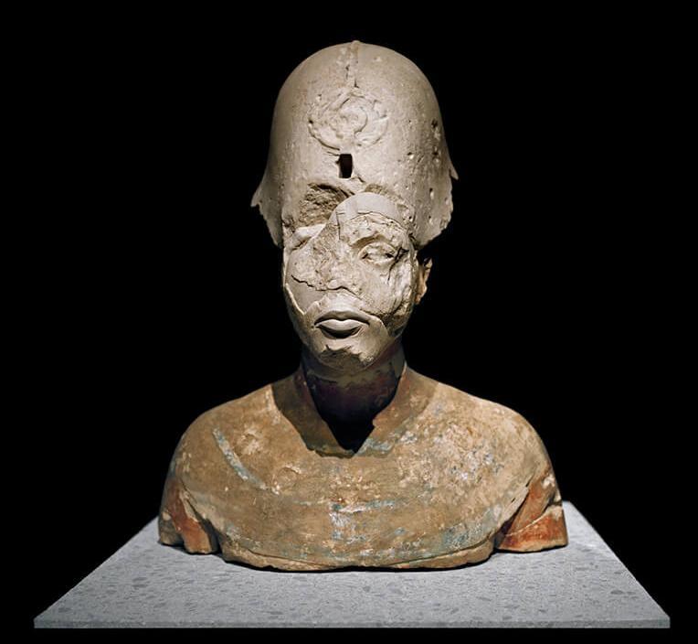 陳列在柏林新博物館的阿肯那頓半身像,帶著從古至今的動亂所留下的傷痕。它在公元前14世紀被這位法老的繼任者擊碎,也在二次世界大戰期間的搬運過程中受到毀損。 攝影:芮娜.艾芬迪 Rena Effendi