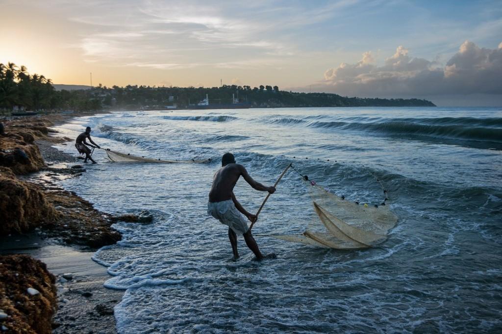杜茲捕捉到清晨時漁夫在札克美爾海灘將漁網拖回岸上的情景。「我喜歡我們的漁夫工作的樣子,」他說,「為了餵飽家人,他們一心一意要捕到魚。」Photograph by Wilky Douze, 19
