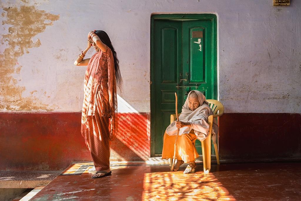 印度 在有「寡婦之城」之稱的夫林達凡某個庇護所裡,拉莉達(右)一頭短髮,裹著白巾,這種裝扮在印度文化中曾被視為寡婦的義務。庇護所的經理蘭加納也是寡婦,但是年輕許多,比較不受傳統習俗約束。攝影: 艾米.滕辛 Amy Toensing