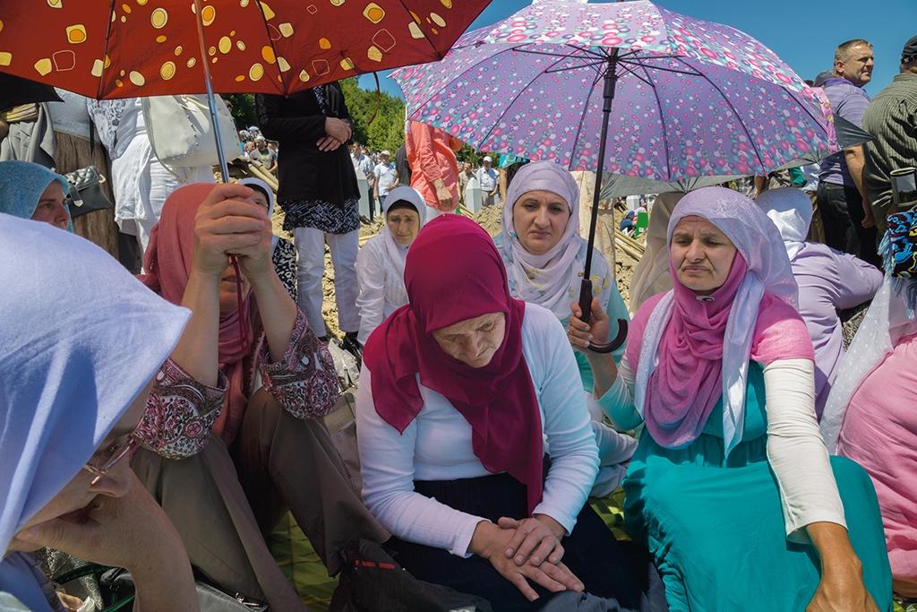 波士尼亞與赫塞哥維納 數千名波士尼亞穆斯林男性在斯雷布雷尼察遭到大屠殺的20年後,阿德薇亞.祖奇區終於得以安葬丈夫阿拉加的遺骨。法醫專家至今還在鑑定受害者的身分。攝影: 艾米.滕辛 Amy Toensing