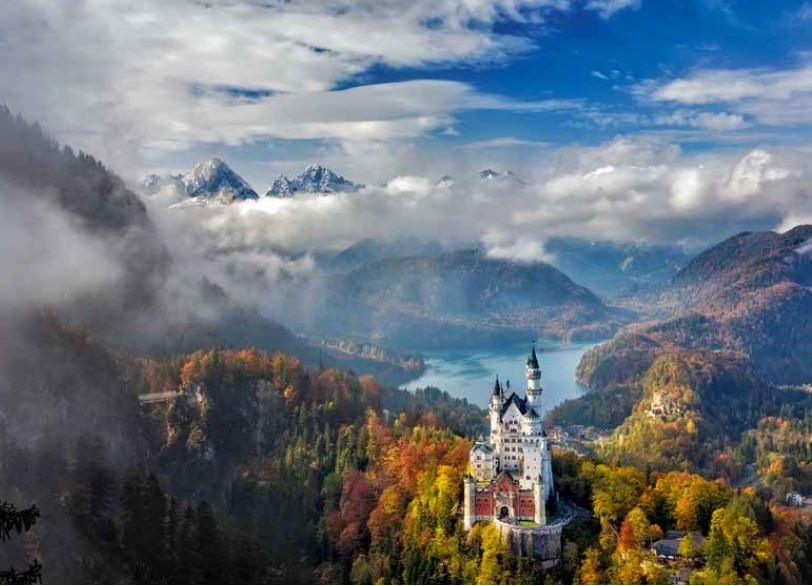 138-139 新天鵝堡位在巴伐利亞東南部充滿田園景緻的阿爾卑斯山區,海 拔約1000公尺,1886年開放參觀時,路德維希二世才剛去世七個星期。