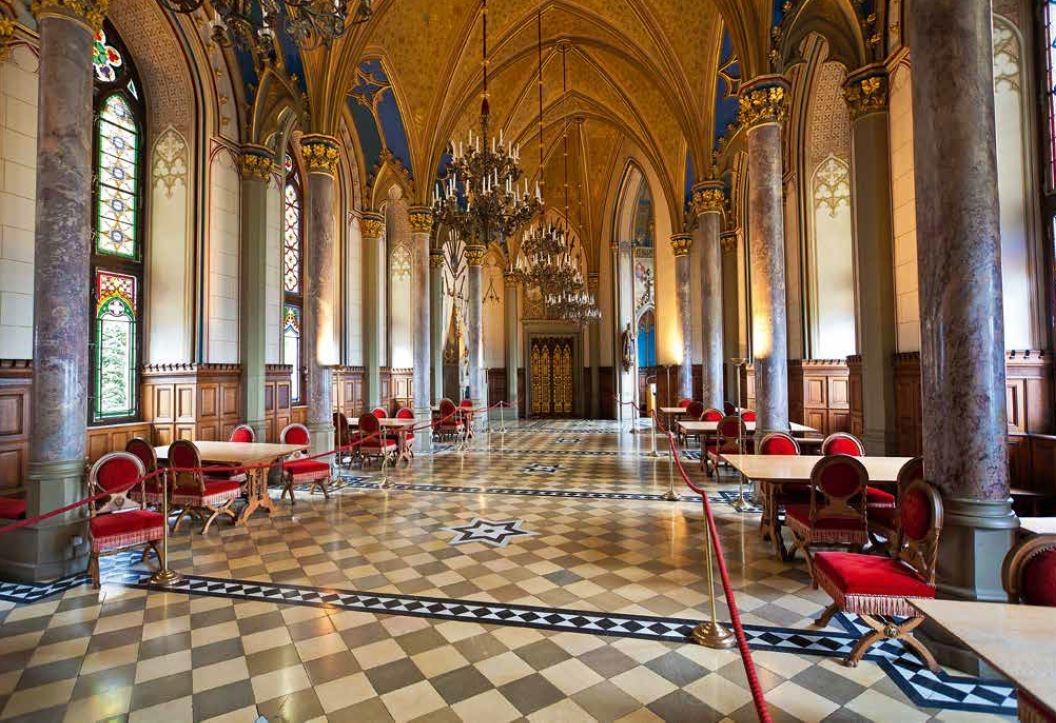 142-143 王室寓所和接待室位在城堡的三樓和四樓,是國王 甜蜜的避風港,讓他得以躲在中世紀的幻想世界裡。